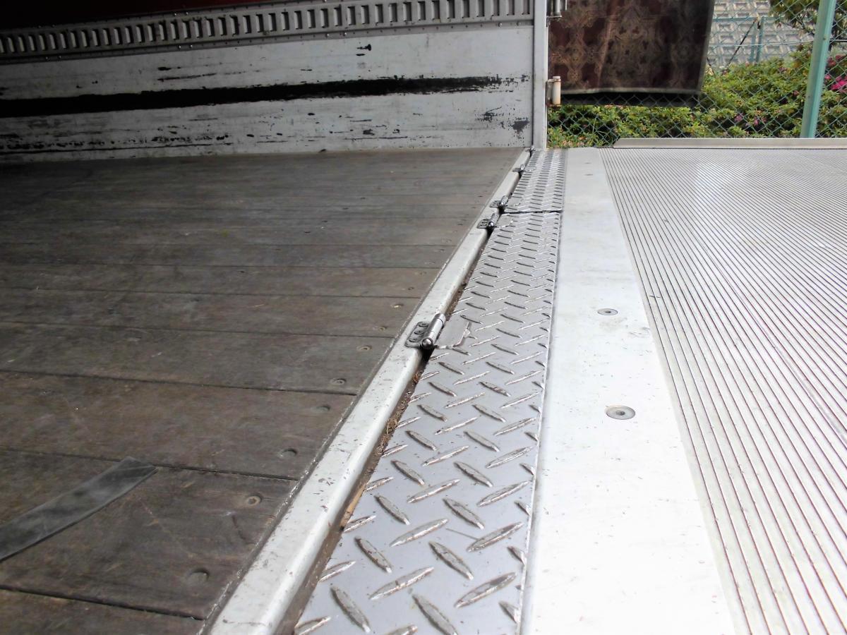 中古トラック H21年式 ワイド ベット付 アルミバンゲート